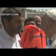 Voluntarios de Lesbos entregan al Papa chaleco salvavidas de niña siria que murió ahogada