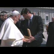 Francisco recibe una cruz de madera hecha por presas argentinas