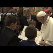 El rabino argentino amigo del Papa le regala una elaborada edición de la Torah
