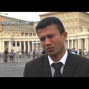 Víctima y exguerrillero del conflicto en Colombia saludan al Papa en la audiencia general